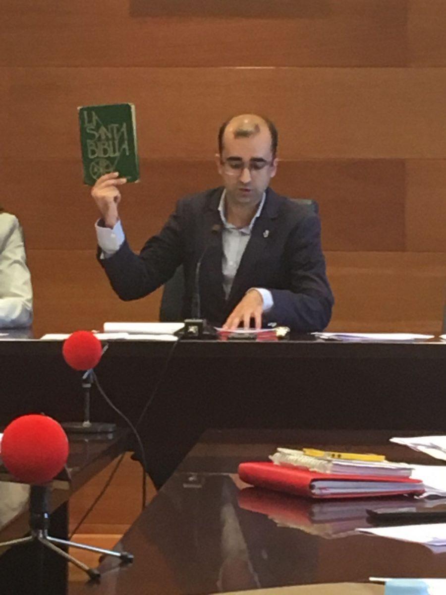 El alcalde haciéndose el gracioso en un Pleno dónde rechazó rebajar tasas y reducir impuesto de plusvalías.